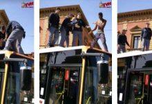 Photo of Immigrato sale sul tetto di un bus e blocca Palermo