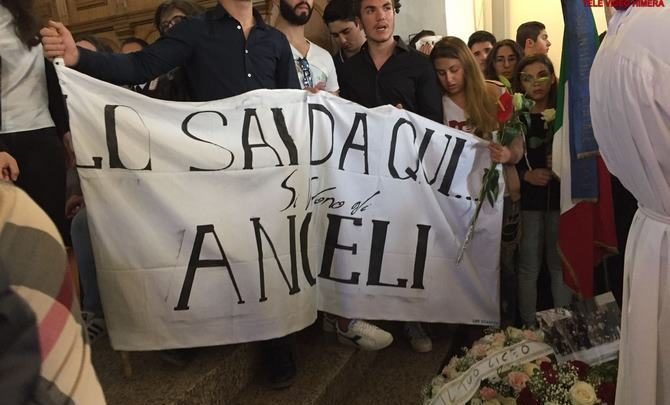 Photo of Dolore e lunghi applausi ieri al funerale di Cristian Taravella