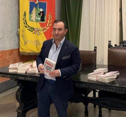 Photo of Termini Imerese: Il consigliere Di Blasi fa gli auguri di Natale ai colleghi regalando un libro