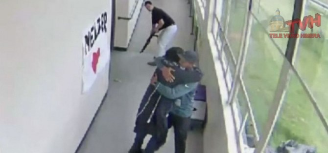 Photo of Coach-Eroe disarma lo studente evitando una possibile strage – VIDEO